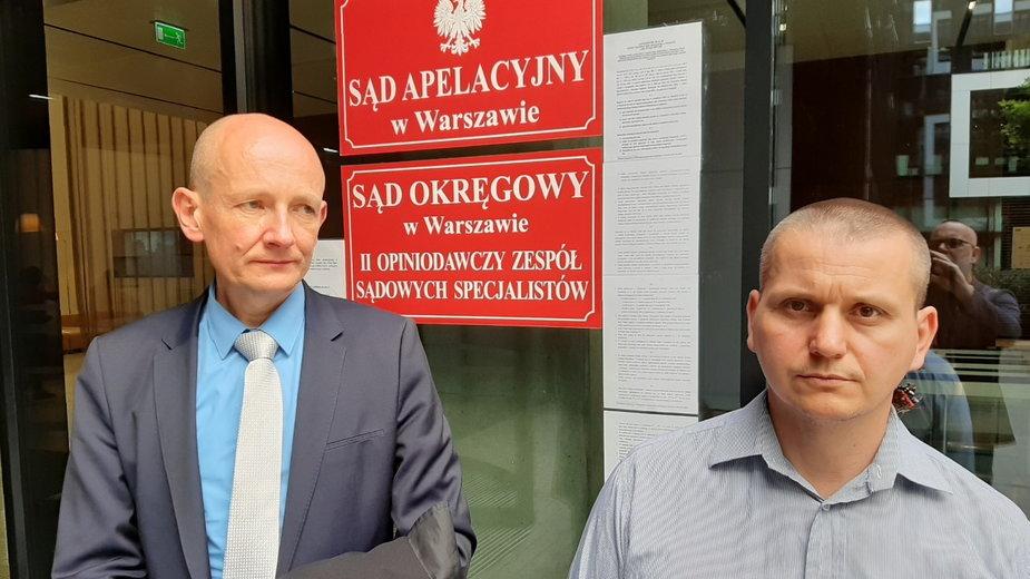 Weteran Mariusz Mańczak (z prawej) i jego adwokat Piotr Sławek przed sądem po ogłoszeniu wyroku