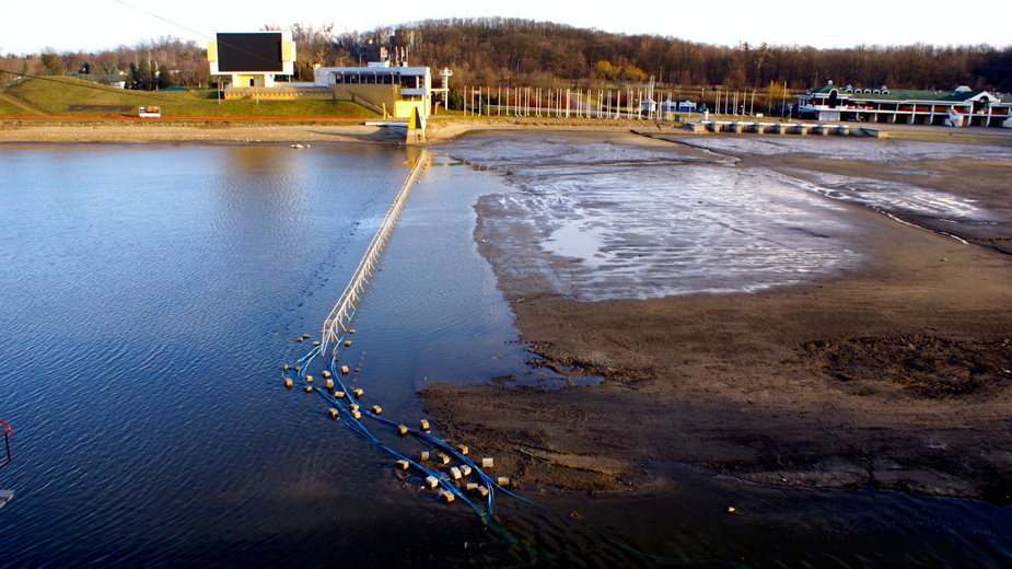 Woda spuszczana jest z jeziora od listopada