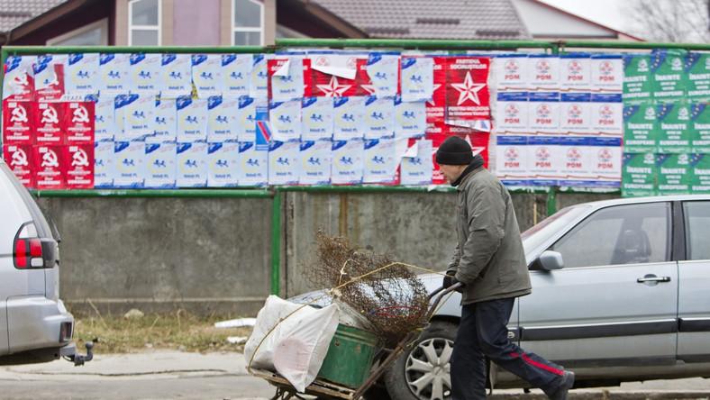 """Im bliżej Unii jest Mołdawia, tym silniejszym naciskom poddaje ją Rosja, wzmacniając obecność wojskową w separatystycznym Naddniestrzu, wprowadzając kolejne embarga na dobra produkowane w tym kraju czy otwarcie grożąc kolejną dziwną wojną. Odpowiadający za relacje z Mołdawią wicepremier Dmitrij Rogozin w maju nie wykluczył nawet pojawienia się w Naddniestrzu """"zielonych ludzików"""", jeśli Kiszyniów będzie kontynuować proces integracji z Zachodem."""