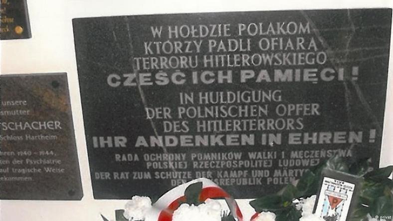 Płyta pamiątkowa ku czci Polaków pomordowanych w Hartheim