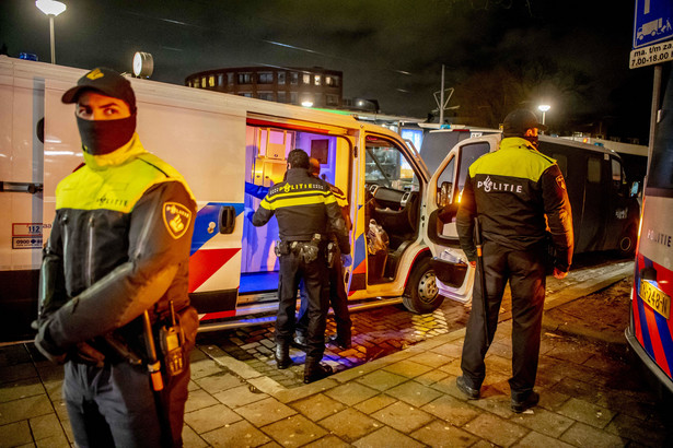 Protesty przeciw obostrzeniom przetaczają się przez Europę (na zdjęciu Holandia), ale sądy zwykle stają po stronie rządów.