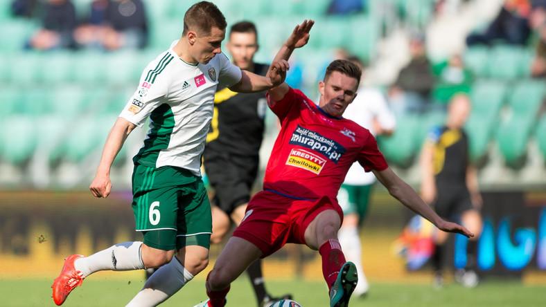 Tomasz Hołota (L) z miejscowego Śląska i Adam Deja (P) z Podbeskidzia Bielsko-Biała w meczu T-Mobile Ekstraklasy