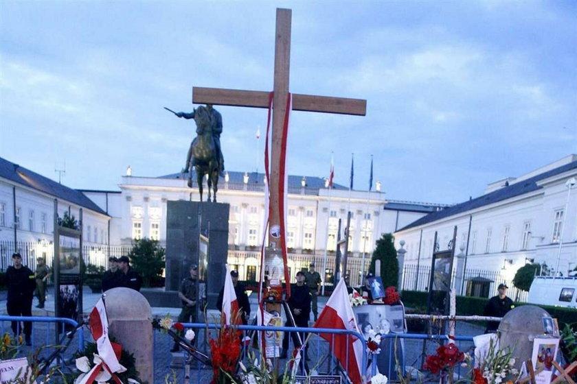Zamiast krzyża - tablica, a pomnik przed kościołem