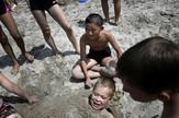 Deca se igraju na plaži u Severnoj Koreji AP