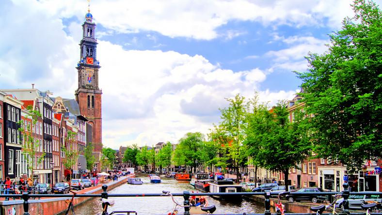 Gdyby któryś kraj miał umieścić rower w herbie, byłaby nim Holandia. Amsterdam poprzecinany kanałami prawie jak Wenecja, nic nie robi sobie z trudności i tworzy jedną z najlepszych infrastruktur dla rowerzystów na świecie. Widok parkingu zaskoczy wielu. Ceny w wypożyczalniach są podobne jak w Danii 10-12 euro za dobę, przy czym należy zostawić zwrotną kaucję 50 euro. Największe sieci wypożyczalni mają charakterystyczne rowery, dlatego rodowici amsterdamczycy będą wyrozumiali, jeżeli zatrzymacie się onieśmieleni widokiem niezwykłych kamienic lub pałaców nad kanałem. Taksówki rowerowe to trochę droższa zabawa, 50 euro za godzinę i chyba wygodniej pedałować samemu. Poza tym Holandia ma prawie 20 tys. km dróg dla rowerów.