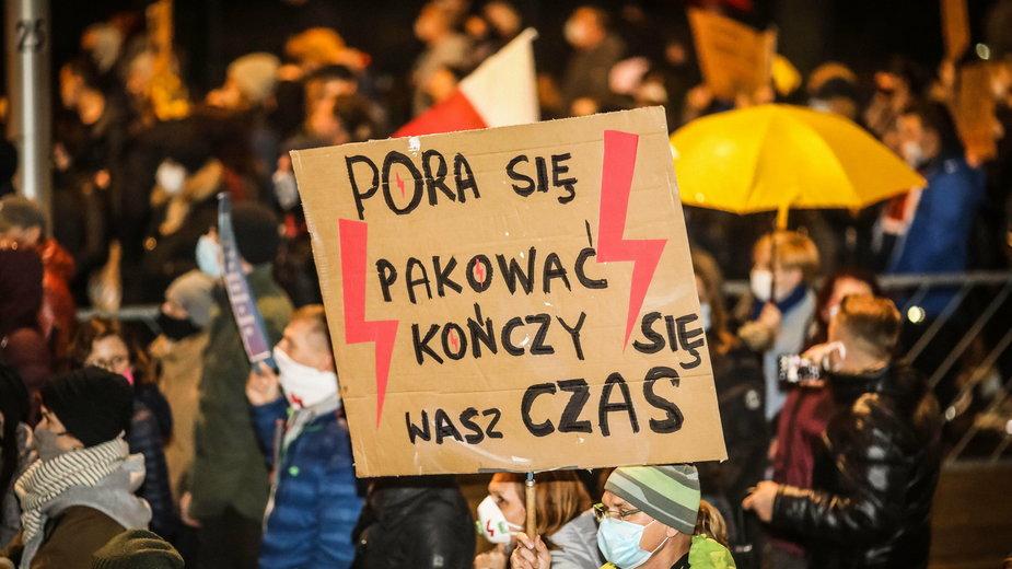 Strajk Kobiet. Jeden z tysięcy pisanych na kartonach transparentów. Kielce