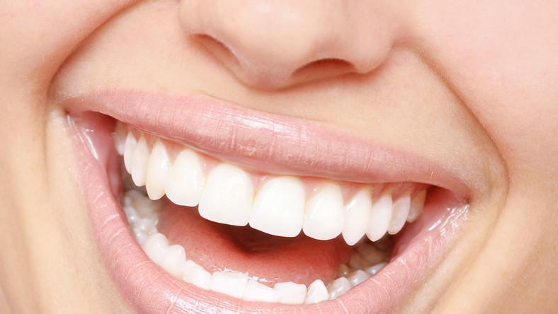 Białe zęby to często zasługa złudzenia optycznego i kilku trików. Znają je doskonale dentyści i eksperci od makijażu. Oto one