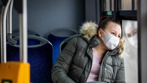 Nakaz zakrywania nosa i ust ma obowiązywać przede wszystkim w miejscach ogólnodostępnych i środkach komunikacji publicznej.