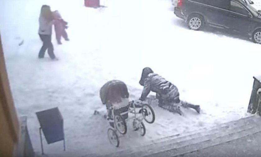 Rosja. Maleństwo uratowało matkę przed bryłą śniegu