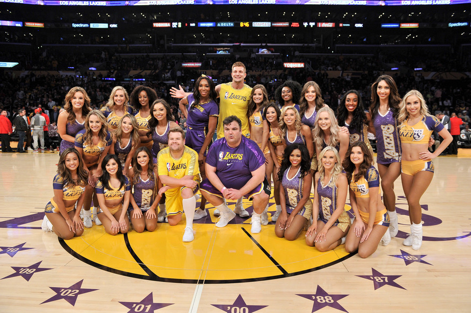 Venus Williams, Rob Gronkowski, James Corden i Ian Karmel z cheerleaderkami Los Angeles Lakers