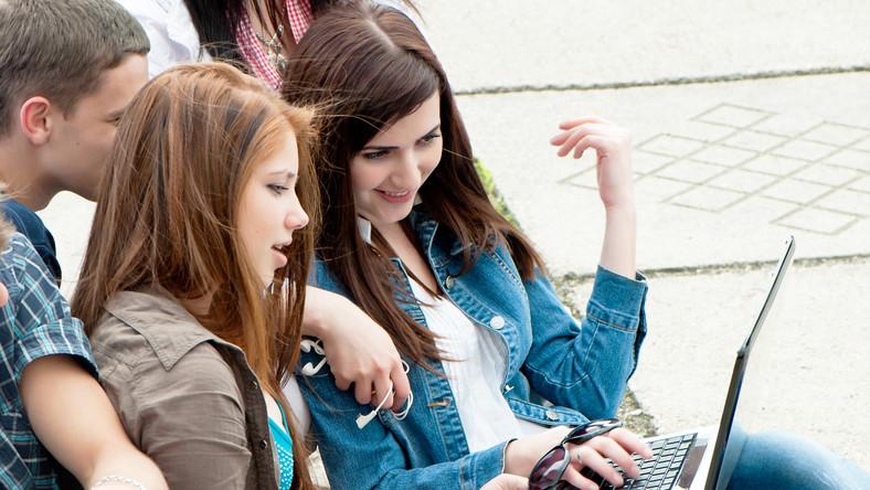 Nastolatki z komputerem