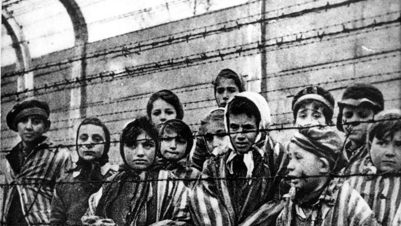 Dzieci - więźniowie KL Auschwitz wyzwolone z obozu przez Armię Czerwoną 27 stycznia 1945 roku