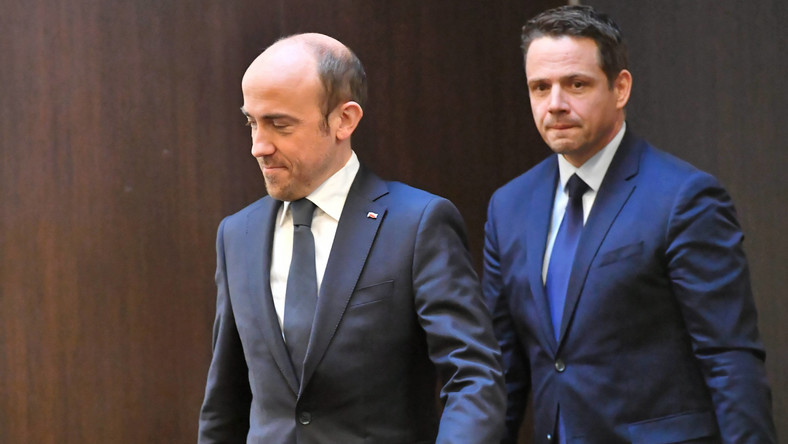 Przewodniczący Platformy Obywatelskiej Borys Budka (L) oraz jej wiceprzewodniczący, prezydent Warszawy Rafał Trzaskowski (P)