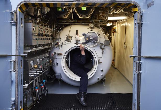 """Zwodowany na początku września 2015 r. Kormoran to pierwszy z niszczycieli min tej klasy; w planach MON było zamówienie co najmniej dwóch kolejnych jednostek tego typu. Kolejne dwie jednostki mają wejść do służby w latach 2019 i 2022. Do Kormorana mają dołączyć Albatros i Mewa, zastępując okręty Mewa, Czajka i Flaming, zwodowane w połowie lat 60. Na zdjęciu: Komora hiperbaryczna na pokładzie nowego okrętu, niszczyciela min ORP """"Kormoran"""""""