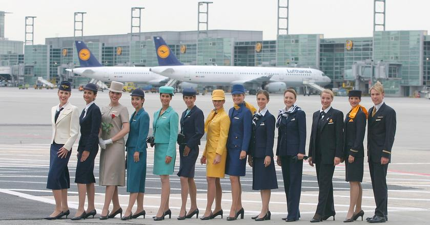 Obecne mundury stewardess i stewardów Lufthansy wprowadzono w 2002 roku, czyli blisko 16 lat temu.