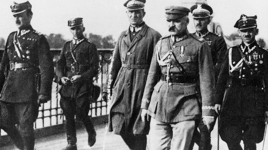 Józef Piłsudski przed spotkaniem z prezydentem RP Stanisławem Wojciechowskim na moście Poniatowskiego