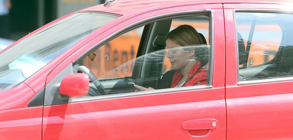 Strogo se kažnjava korišćenje mobilnog telefona u vožnji