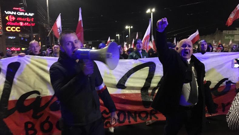 Jacek Międlar i Piotr Rybak w czasie marszu narodowców 11 listopada we Wrocławiu