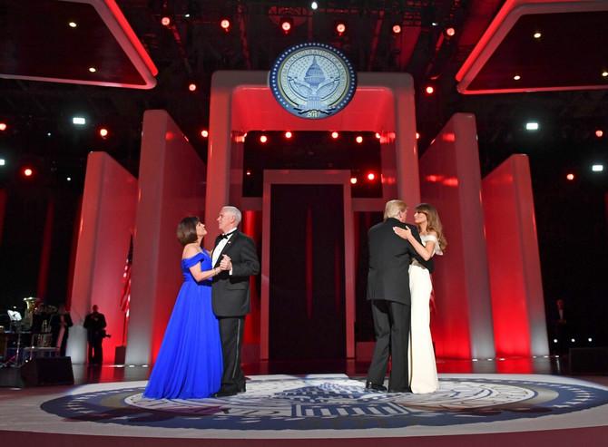 Predsednik i prva dama na podijumu u društvu Majka Pensa, potpredsednika Amerike, i njegove supruge Karen Pens