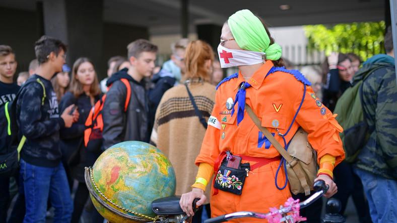 """16-letnia Thunberg apelowała, by uczniowie zbojkotowali piątkowe lekcje w ramach """"szkolnego strajku dla klimatu"""". Akcja odbywa się w wielu krajach na całym świecie w przeddzień szczytu klimatycznego ONZ (21-23 września), na którym omawiana będzie kwestia dotycząca zmniejszenia emisji dwutlenku węgla."""
