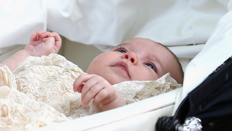 William i Kate do kościoła przyszli pieszo, z córką w wózku i księciem Georgem za rękę.