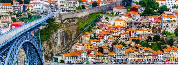 Porto – drugie co do wielkości portugalskie miasto, jest atrakcyjnym miejscem pod względem turystycznym. Najważniejszym miejscem jest stare miasto wpisane na Listę światowego dziedzictwa UNESCO. Należy również wspomnieć o wytwórniach win w sąsiednim Vila Nova de Gaia, produkujących sławne wino - Porto.