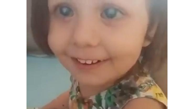 Devojcica prvi put  ugledala majku
