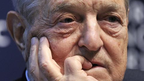 George Soros gra przeciwko rynkowi. Na razie sporo tracił