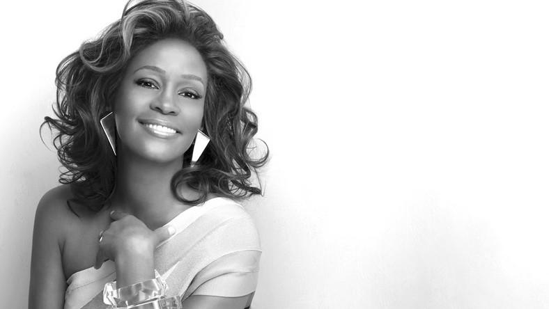 Whitney Houston zmarła 11 lutego 2012 roku w hotelu w Beverly Hills w Los Angeles. Według raportu koronera (którego urząd zajmuje się badaniem przyczyn podejrzanych zgonów), piosenkarka zmarła wskutek utonięcia, do którego doszło w następstwie zażycia kokainy i niewydolności krążenia. Wyniki sekcji zwłok divy pokazały jak bardzo narkotykowy nałóg wyniszczył jej organizm. Kokaina wypaliła jej w nosie dziurę i pozbawiła ją 11 zębów (przez co Whitney nosiła protezę). W ciele artystki rozwijał się rak, choć w niezłośliwej odmianie. Miała rozedmę płuc i była cała poparzona. W wannie, gdzie znaleziono gwiazdę, woda niemal wrzała, ale Houston była tak odurzona mieszanką 9 leków i narkotyków, że nawet tego nie poczuła… Jednak nie wszyscy zaakceptowali tę wersję. Pojawiły się pogłoski, że Whitney została zamordowana przez handlarzy narkotyków. Powodem były długi, jakie u nich miała, a które sięgały 1,5 mln dolarów.