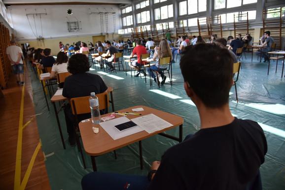 Mali maturanti OŠ Vuk Karadžić iz Beograda pred današnje polaganje kombinovanog testa