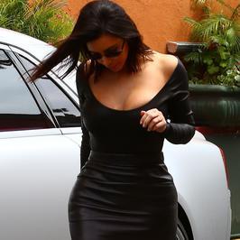 Kim Kardashian w pełnej krasie: obcisła kiecka, dekolt, brak biustonosza i pomarańczowe nogi