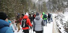 Tłumy Polaków w kurortach. Ludzie cieszą się ze śniegu, a eksperci alarmują: Trzeba przerwać to pasmo śmierci!