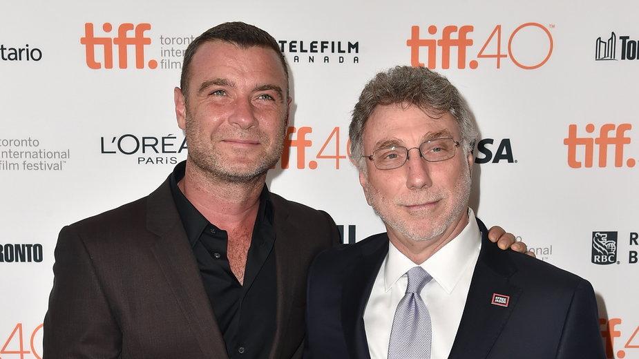 """Redaktor naczelny """"The Boston Globe"""" Marty Baron (z prawej) oraz odtwarzający jego postać w filmie """"Spotlight"""" aktor Liev Schreiber podczas festiwalu filmowego w Toronto, 2015 r."""