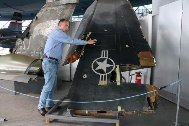 Kustos Igor Marjanović okazuje ostatke letelice u Muzeju vazduhoplovstva