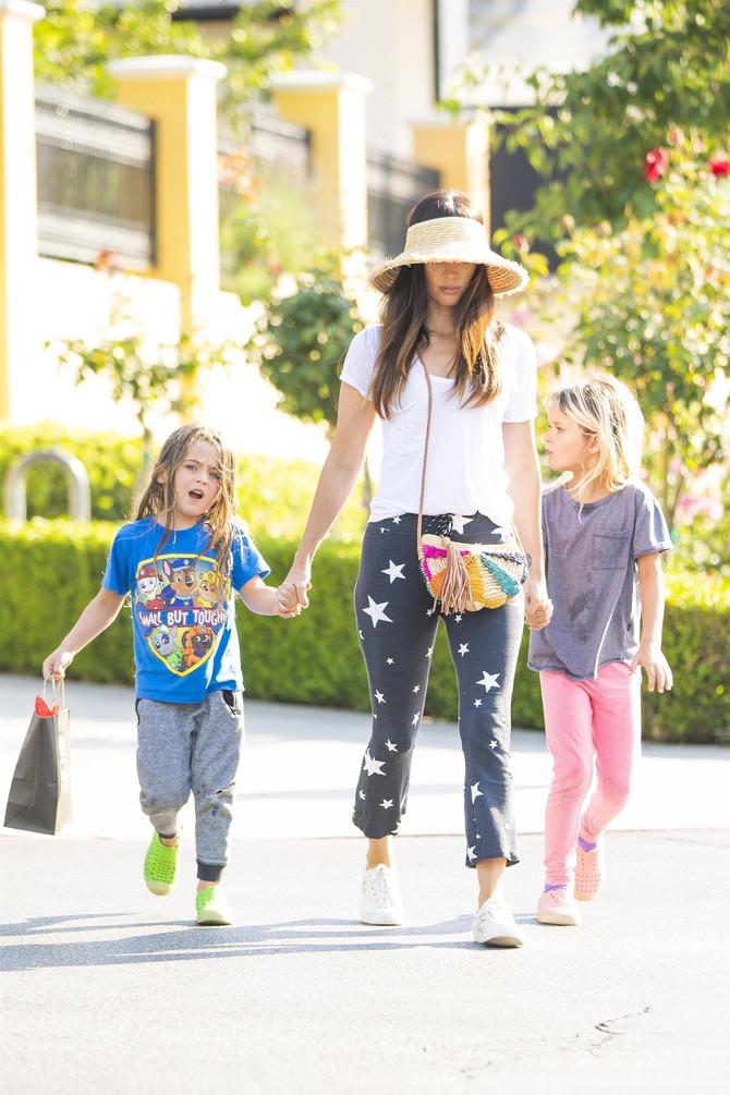 Megan Foks sa ćerkicama