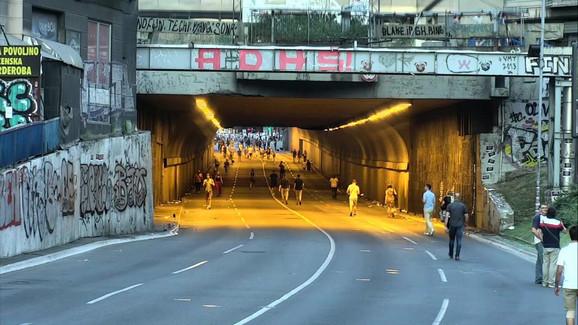 Lepljenje plakata u Terazijskom tunelu