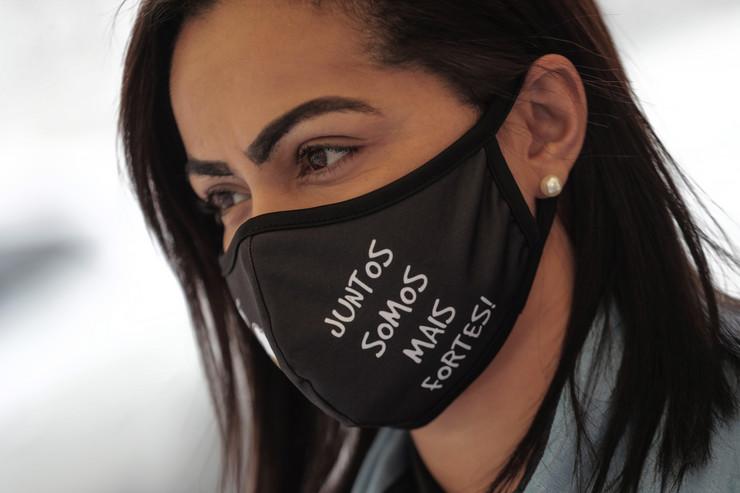 """""""Zajedno smo jači"""" - natpis na maski žene u Riju de Žaneiru brazil koronavirus"""