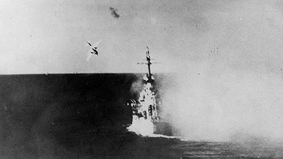 USS Columbia tuż przed atakiem kamikaze