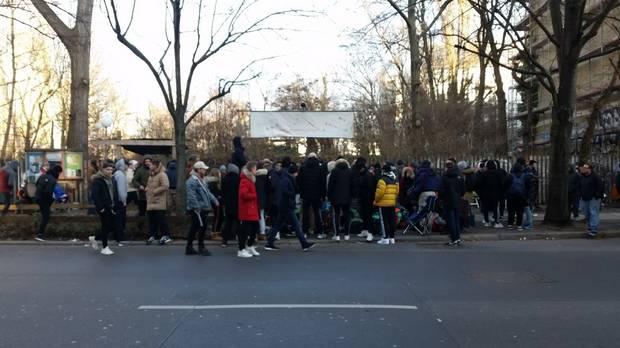 super popular 8b320 160a1 Vor dem Overkill Store warten 180 Menschen auf die neuen BVG Sneakers