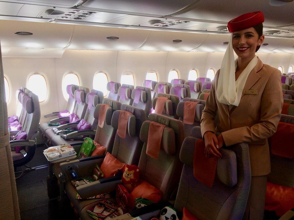 Mundur stewardess linii Emirates jest rozpoznawalny na całym świecie. Ma kojarzyć się z kulturą arabską.