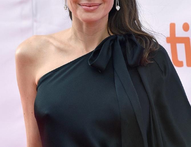 """Anđelina Žoli u crnoj haljini na premijeri filma """"First they killed my father"""""""