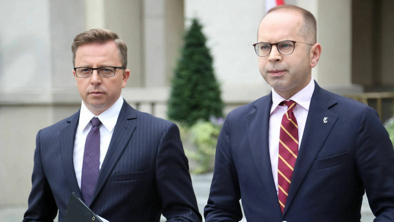 Posłowie KP KO Michał Szczerba (P) i Dariusz Joński (L) PAP/Wojciech Olkuśnik