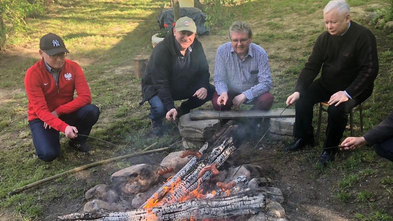 Jarosław Kaczyński i Joachim Brudziński przy ognisku