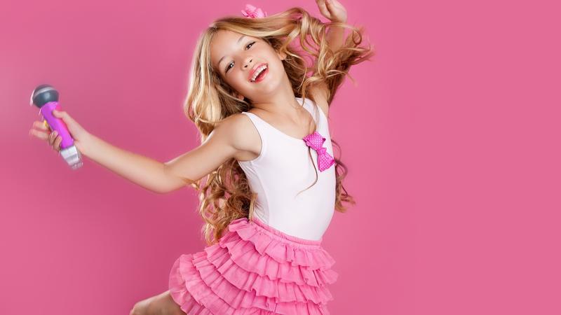 8b751f9c20 Fehér trikó, rózsaszín rakott szoknya, leheletnyi smink, és már kész is a  tökéletes