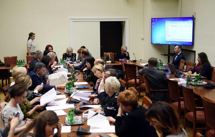 Mikołaj Pawlak z poparciem komisji na Rzecznika Praw Dziecka  Czytaj więcej na https://www.rmf24.pl/fakty/polska/news-mikolaj-pawlak-z-poparciem-komisji-na-rzecznika-praw-dziecka,nId,2689845#utm_source=paste&utm_medium=paste&utm_campaign=chrome