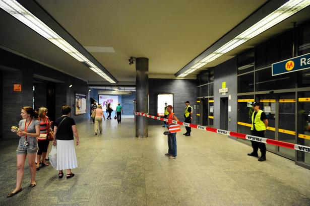 Stacja metra Ratusz Arsenał zamknięta z powodu wypadku.