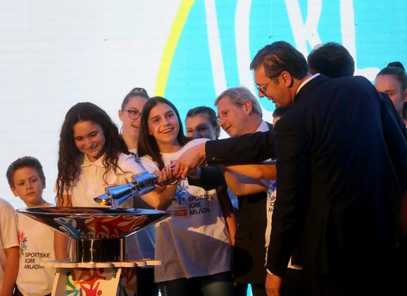 Aleksandar Vučić i Johanes Han su upalili baklju, čime su zvanično otvorene šeste Sportske igre mladih
