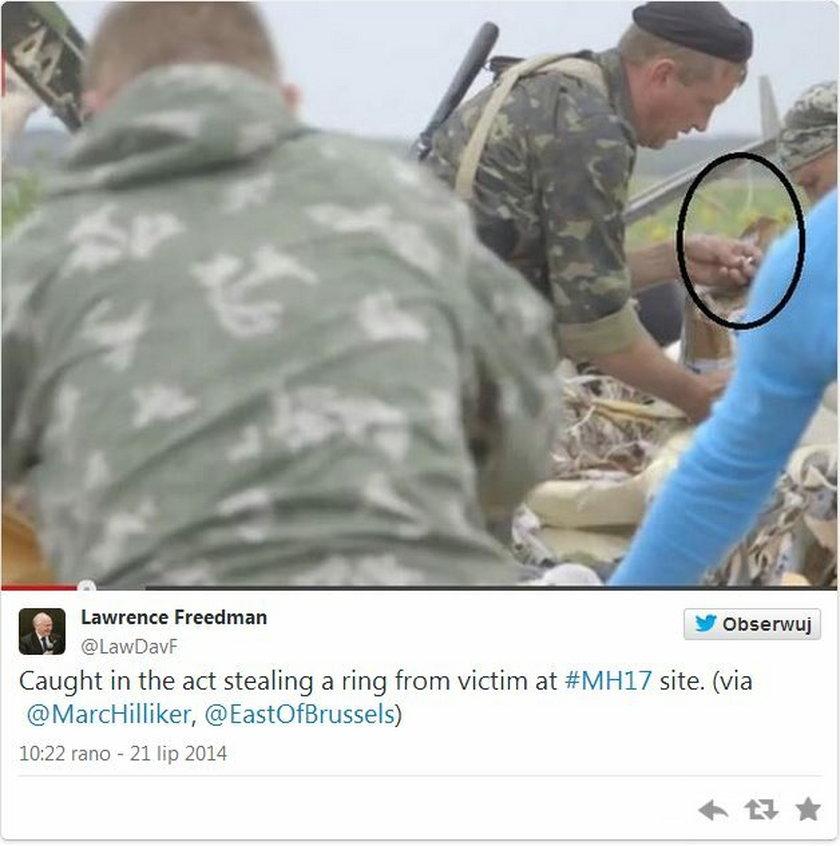 Szabrownicy z prorosyjskiej bojówki grabią złoty pierścionek jednej z ofiar z zestrzelonego boeinga 777