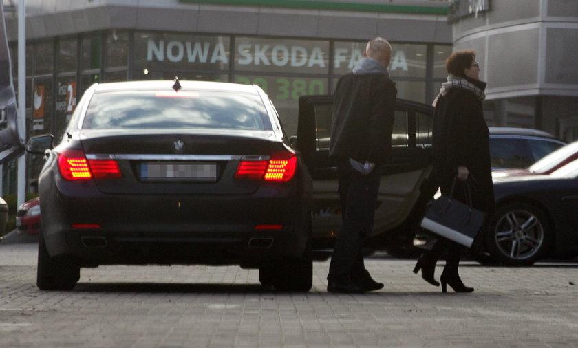 Rządową limuzyną z córkąna zakupy