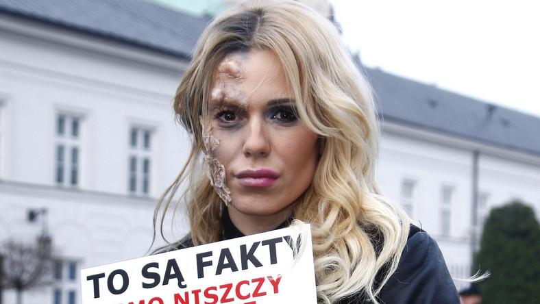 Piosenkarka miała makabryczną charakteryzację, która oszpeciła połowę jej twarzy.
